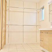 脱衣場には乾燥スペース。 冬でも床暖房のおかげでカラッと乾きます。