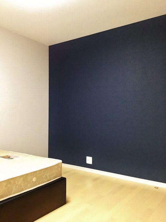 寝室は全体的に落ち着いた大人の空間に。 写真では見えませんがWICも設置しました。