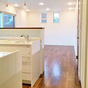 白とダークブラウンで作られたLDK空間です。 家全体の雰囲気として、シンプルながらもシックでデザイン性に優れています。