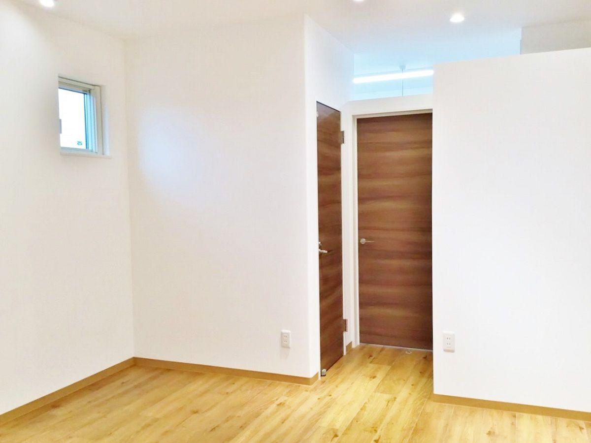 LDKの隣には趣味部屋があります。 外観で見たもう一つの玄関はここへ繋がっています。 土足であがれるスペースです。 趣味部屋の奥にはもの置きの部屋も作りました。
