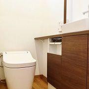 トイレは収納カウンターをつけて機能的に。 写真では見えませんが、天井を木目調にしてデザイン性をプラスしました。