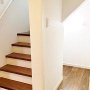 2階へ上がる階段の下は収納になっています。