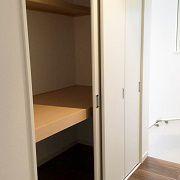 2階の廊下に押入を設置しました。この扉が優れものです。布団など大きな物が出し入れしやすいようクローゼットドアのように開くこともできれば、引違いの扉にもなるのです。廊下でそこまで広い空間ではないので、用途に合わせた開き方が出来るのはうれしいですね。