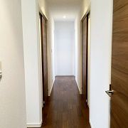 2階の廊下です。 1階の趣味部屋を大きくとりましたので、浴室などの水回りは2階へ設置するという珍しい間取りとなっています。