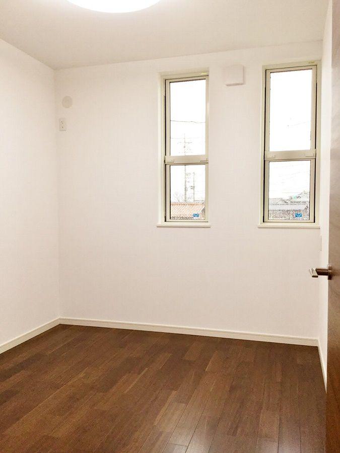 こちらは子ども部屋。窓のデザインが外観にも活きています。 同じ広さの子ども部屋がもう一つあります。