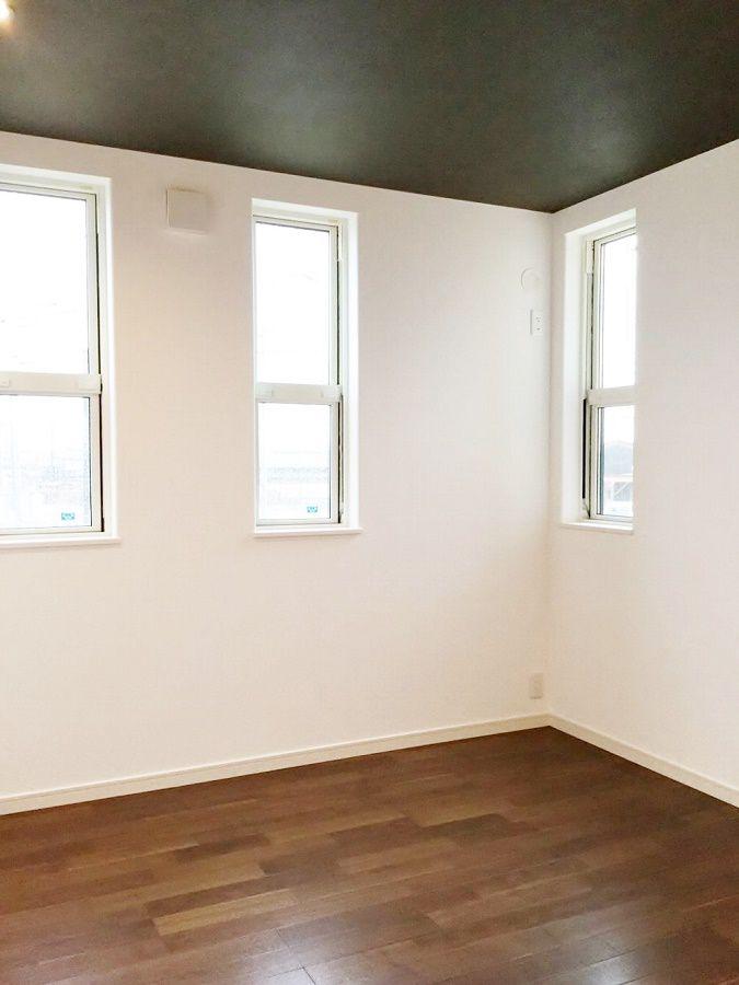 寝室は濃い色の天井とダウンライトで大人の空間に。