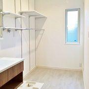 脱衣場には乾燥スペースや洗剤置きの棚なども設けました。