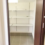 実はシューズインクロークはKidukiの間取りでいうKidukiボックスの部分。Kidukiボックスはお子様の遊びスペースやペットのお部屋とされる方が多いのですが、このお家では玄関側を開口してシューズインクロークとして活用しました。Kidukiボックスは天井の低い部屋となりますが、土間部分は一段下がっているため通常のKidukiボックスに比べると余裕のある天井の高さになっています。