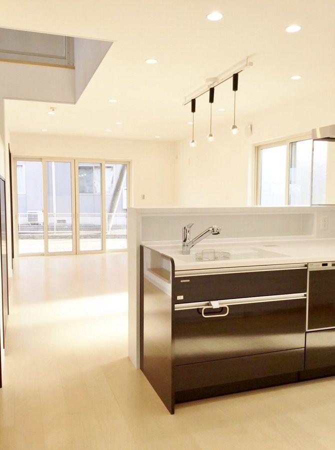 キッチンは建具に合わせてダークブラウン。作業台をスッキリ使えるよう調味料棚もつけました。