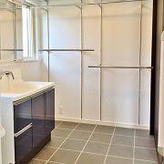 脱衣場はキッチンの後ろに。水回りがひとまとめにしてあり家事動線もバッチリです。乾燥スペースもあり、冬でも床暖房のおかげで洗濯物がしっかり乾きます。