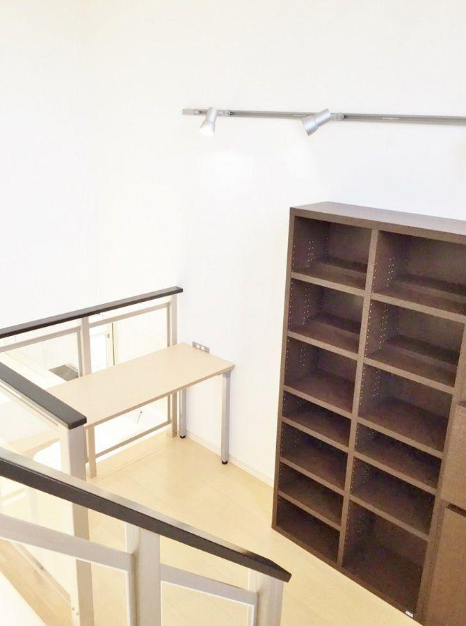 Kidukiステージには壁とフレームにあわせて机も設置しました。支給品の本棚も置き、家族の存在を感じながらもゆっくりとした時間を楽しめるスペースとなっています。