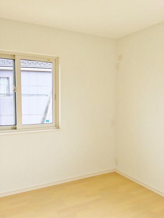 こちらは子ども部屋。二部屋とも壁の色がほのかにミントグリーン。収納はオープンにしました。