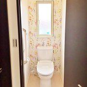 2階のトイレは一風変わってとてもかわいい空間に。照明も背景の花柄とマッチしています。