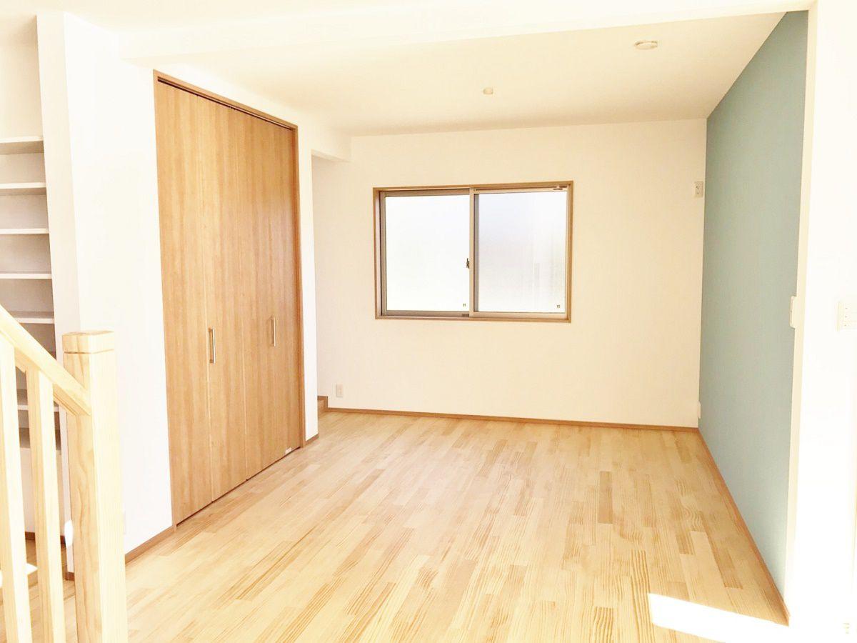 当初は和室として計画していた洋室のスペース。個室として使うときはロールスクリーンで仕切ります。現在は息子さんのプレイルーム兼ママのお仕事スペースとして使われています。