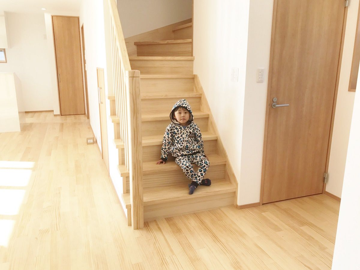 壁を天井まで立ち上げて階段を見せないようにしようと当初は計画していましたが、無垢のフローリングと同じメーカーの木製の手摺を入れようと計画変更。とても明るい雰囲気の階段になり、LDKもさらに広く感じるようになりました。