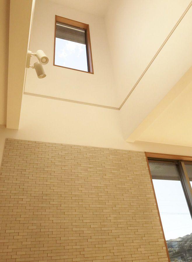 床暖房の暖かさがほんわりと2階まで伝わっているのを体感されたご主人が絶対に吹抜けを作りたいとご要望。2階の腰壁は階段の手摺と同じメーカーの木製手摺にしました。また1階の吹抜け下のデザインパネルを壁一面施工している場所は、TVボードを置くようにしました。60インチのTVがとても栄えます。