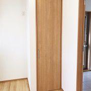 見せる収納、隠す収納それぞれの用途や場所に合わせて扉の有無や素材を考えました。