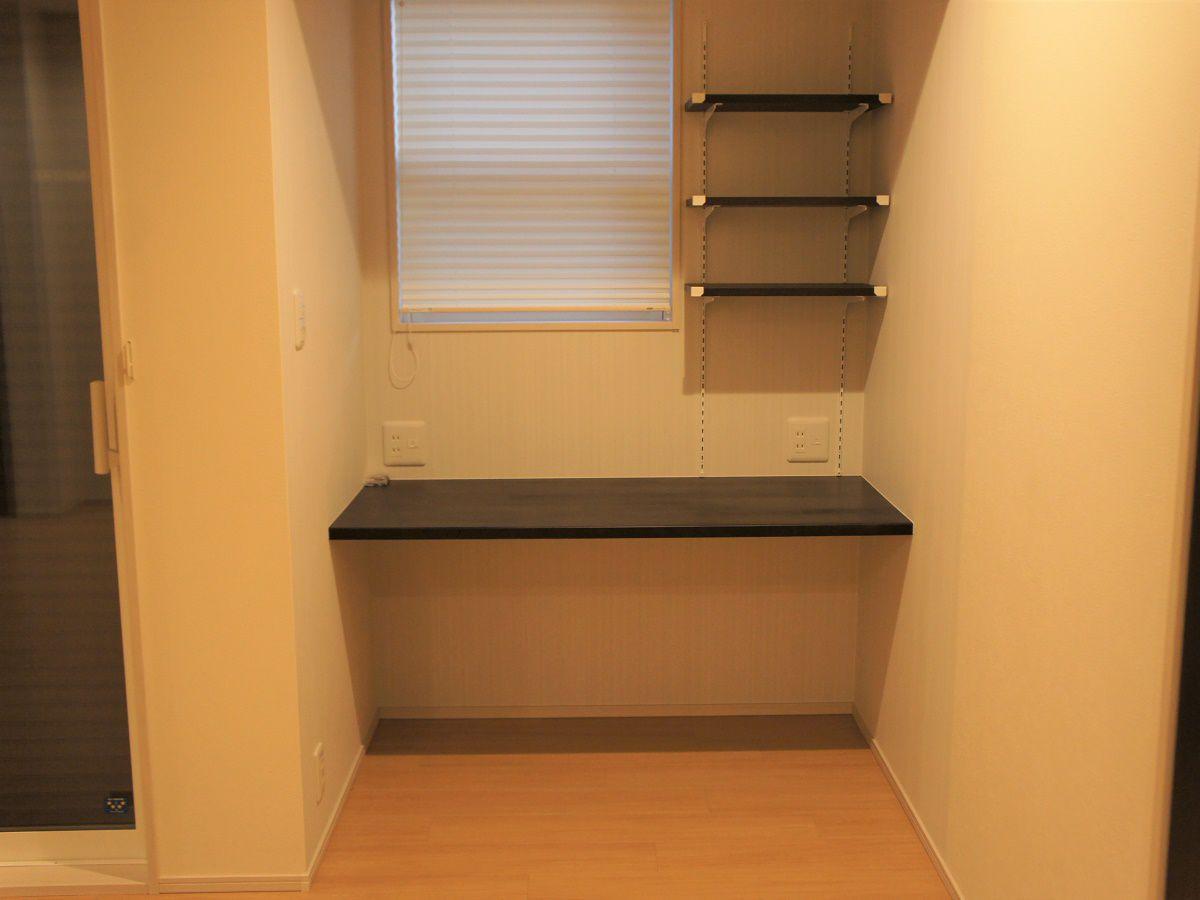 リビングに隣接した書斎スペース。ご主人様の仕事や、奥様の家計簿、またお子様が大きくなったら勉強スペースとして活用できる便利なスペースです。