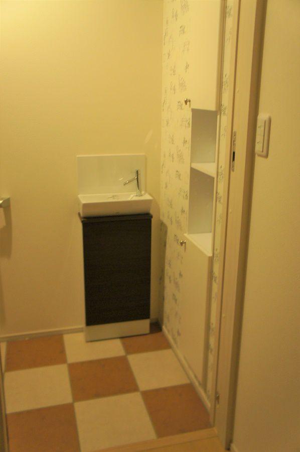 デザイン性にこだわったトイレ。壁紙は奥様とお子様のこだわりを採用しました。また手洗い器もつけましたので、ご来客があっても安心です。