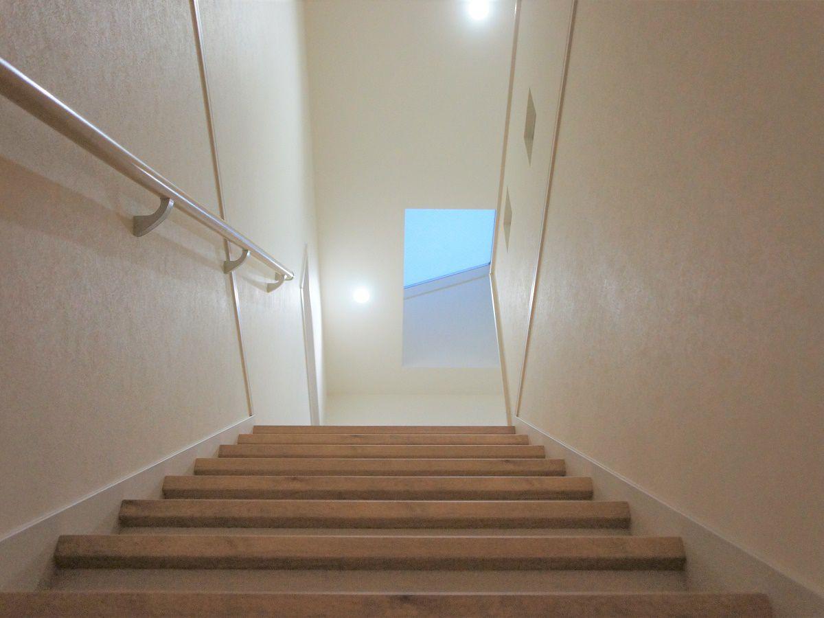 2階に上がった時に明るい空間にしたい!というご要望から、大きな天窓をつけました。階段は北側に面していますが、日中明るい日差しが差し込みます。
