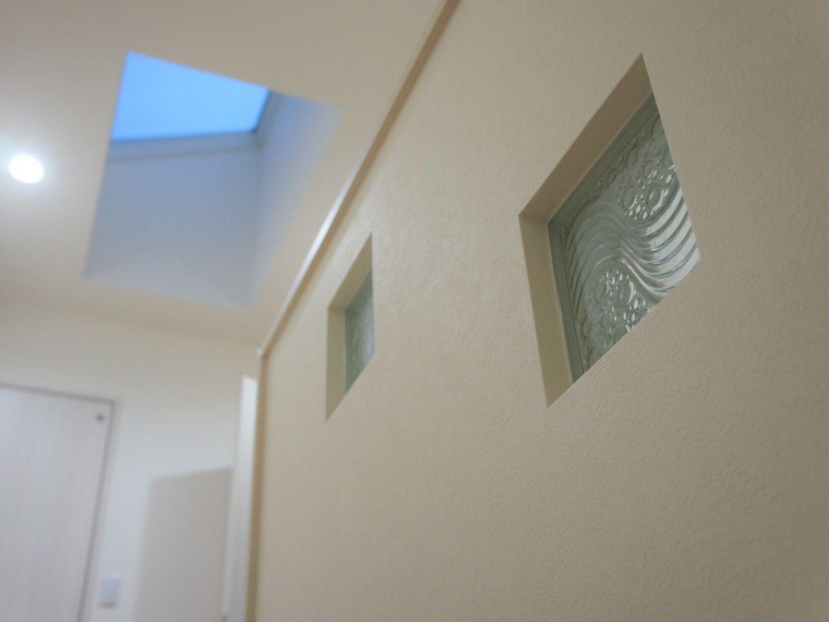 奥様が階段には絶対ガラスブロックをつけたい!というご要望から、お客様持ち込みのガラスブロックをつけました。 階段に上がるときにい天窓とガラスブロックがアクセントになってとてもかわいいです。