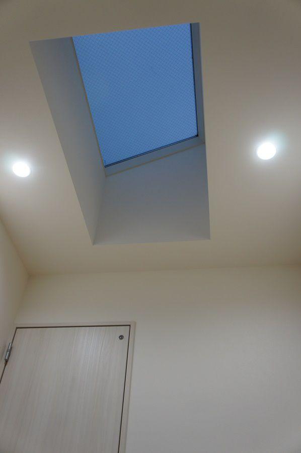 室内干しの際にもたくさん光が入るように大きな天窓を採用しました。 また、雲がない日は天窓から星空が見えます。