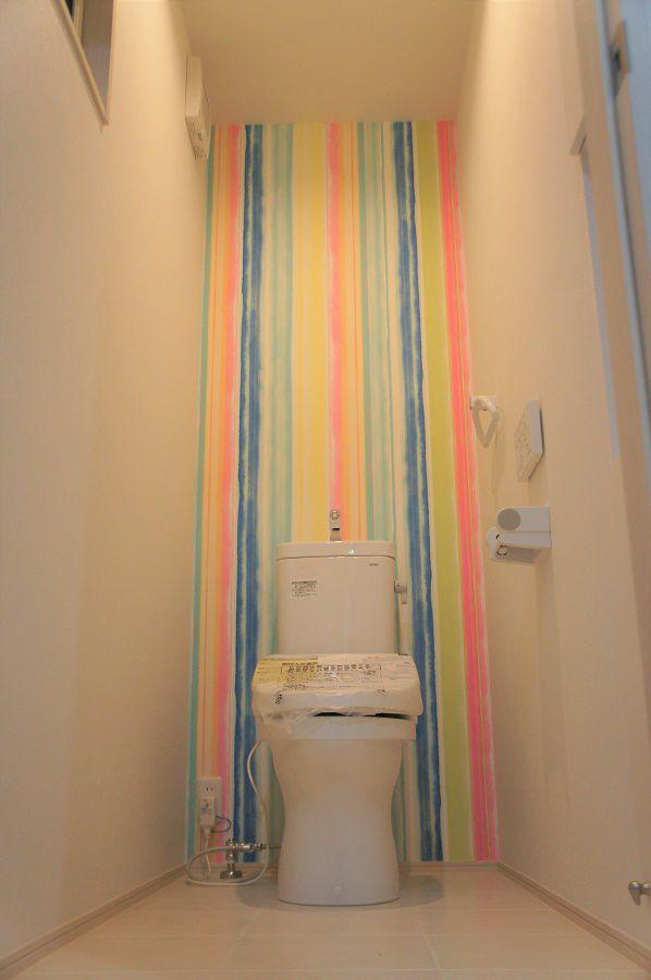 2階のトイレは遊び心のある壁紙を採用。お子様が喜ぶこと間違いなし。