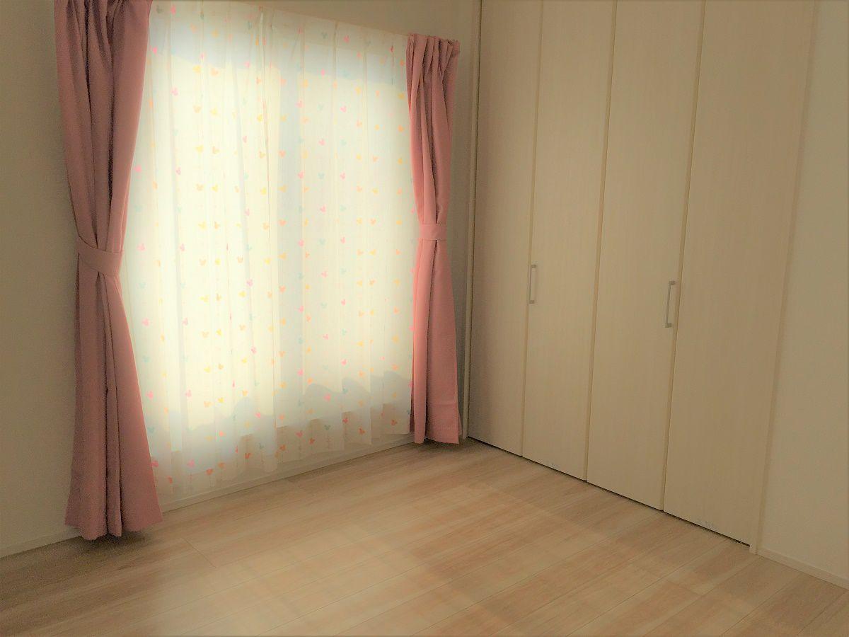 あたたかい日差しが差し込む子ども部屋。ナチュラルなテイストで仕上げましたので、落ち着いた空間になりました。