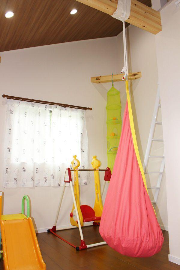 あえて梁をだして天井を高くしてそこに子供心くすぐるハンモックを吊るしました。