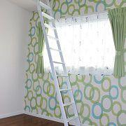 明るい色合いの壁紙が部屋の雰囲気を良くしてくれています。