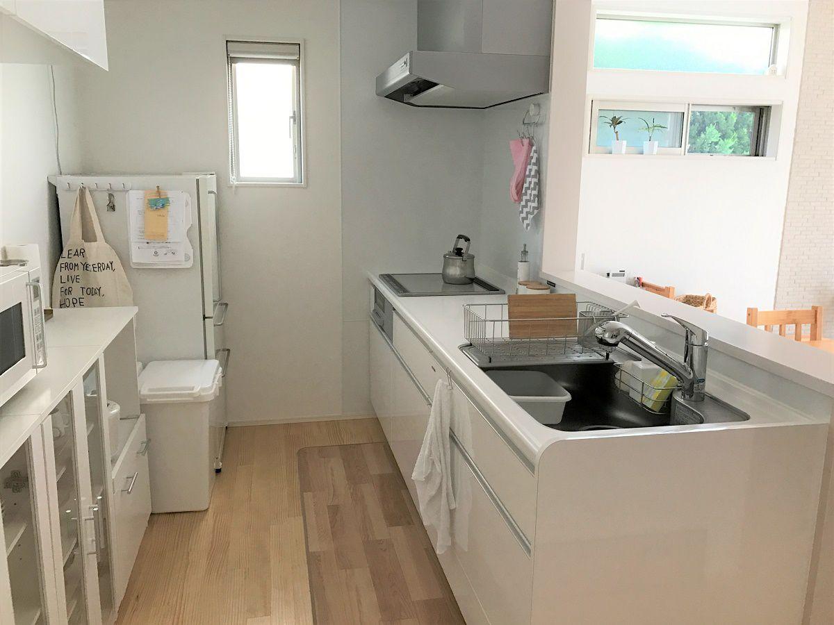 キッチンは白色を選びましたが、ホーローと言う素材で汚れても綺麗に落とせます。また、カップボードや冷蔵庫なども白色で清潔感があり、まとまったキッチンスペースになりました。