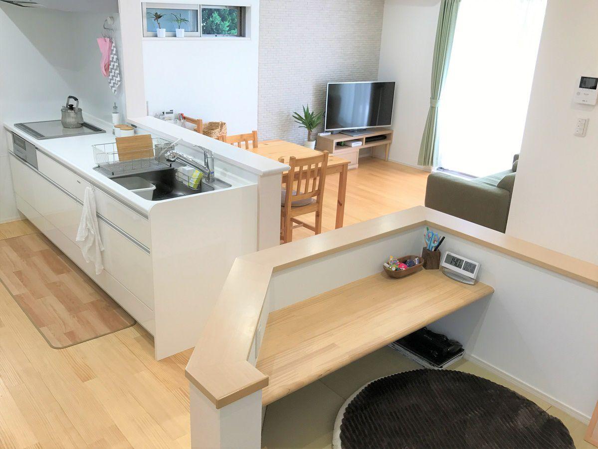 LDKを見渡せる場所に配置しました。ご主人様の仕事スペースになったり、奥様の洗濯物を畳むスペースになったりお子様の勉強スペースになったりと家族みんなが安心して使えます。