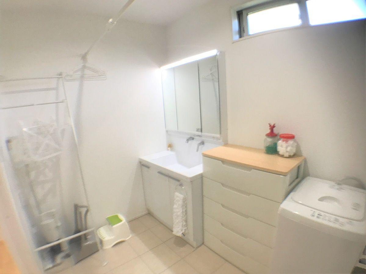 洗面所スペースは広めに設計し、洗面台、タンス、洗濯機を横並びに配置。広さがあるので家族みんなの洗濯物もここに干せます。
