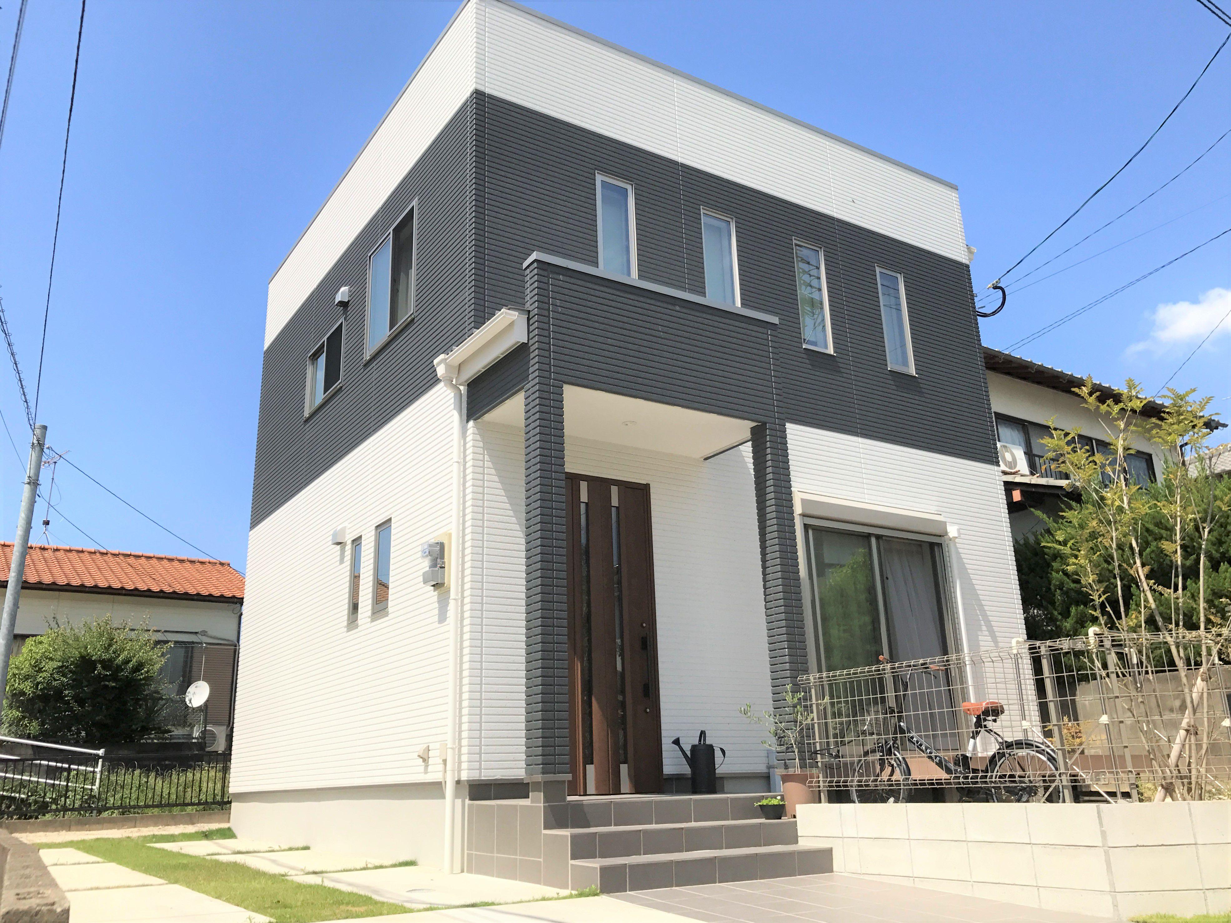 屋根は陸屋根にし四角い外観のシンプルモダンなお家になりました。南側は道路で人通りもあるので、窓は縦長のものを並べ採光も確保しつつ、デザイン性を持たせました。