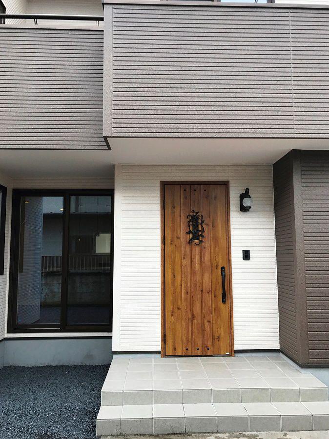 アンティーク調の玄関ドアが魅力的です。
