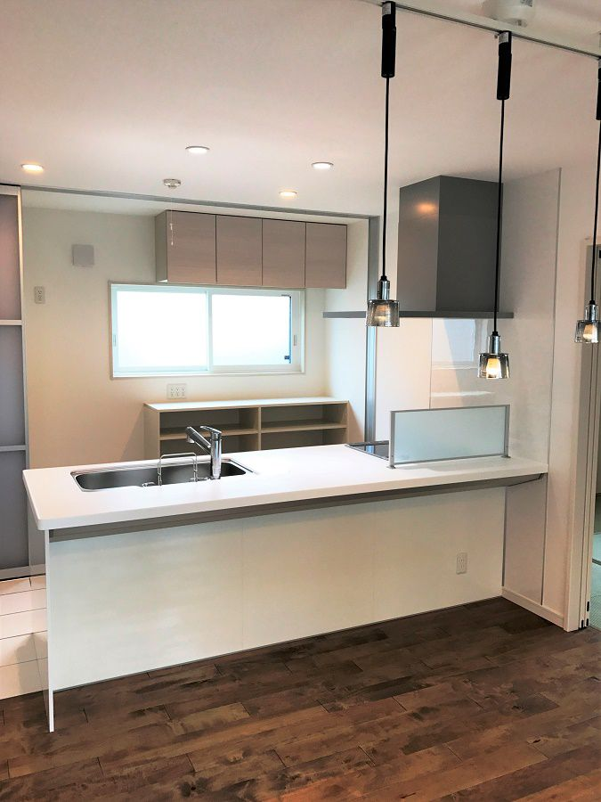 白を基調としたキッチンになっており、明るい雰囲気になっています。