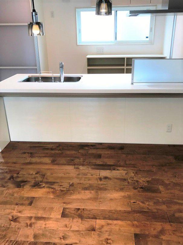カウンターキッチンと後方の引き戸により、くつろげるスペースとなっております。