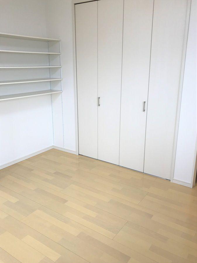 白を基調にした明るいお部屋になっております。