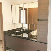 ブラックがメインの洗面台は見た目も豪華。大きく収納力も抜群。収納部分は鏡張りでライトはLEDです。浴室洗面室は2階にありバルコニーにすぐつながります。洗濯物が楽に干せる便利な動線です。