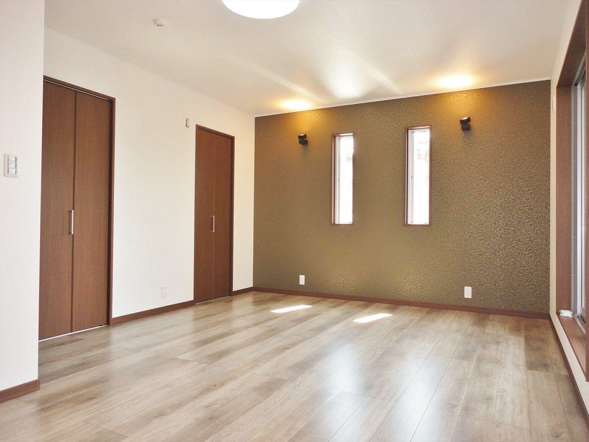 まるでホテルのような空間の主寝室。アクセントクロスや間接照明、フローリングの色もスタイリッシュです。