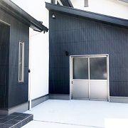 外観はブラックとホワイトのツートーン。 バイク用のガレージがあるお家です。