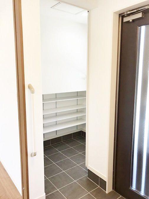玄関にはシューズボックスもありますが、シューズインクロークも作りました。