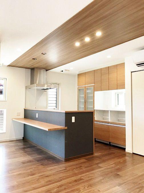 キッチンはアクセントカラーで落ち着きがありカッコイイ雰囲気に。カウンターでPCや勉強をすることもできます。