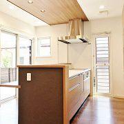 キッチンで料理をしながらアウトドアリビングを眺めることができます。