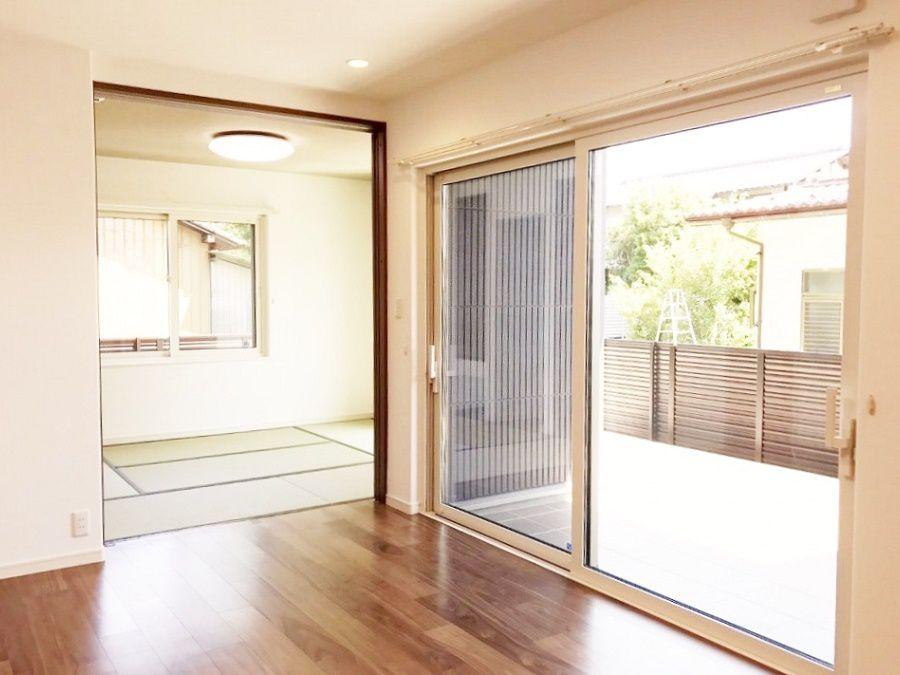 家の中心にあるリビングからは、和室やアウトドアリビングに行けます。