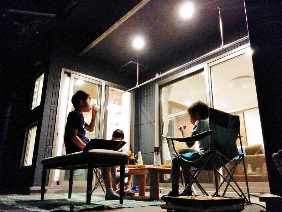 ゆっくり過ごすのも良し、BBQやプールを楽しむのも良しのアウトドアリビング。子どもも大人も賑やかに暮らしを楽しめる使い道色々な空間です。友達と外で食べるご飯は一段とおいしい!
