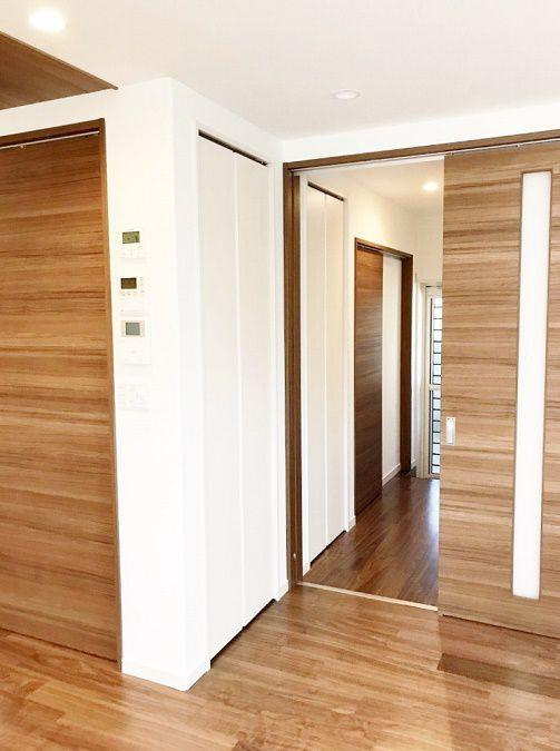 収納は部屋の中から使える用と、廊下に出て使う用と分けてあります。扉をホワイトにすることで壁になじむようになっています。