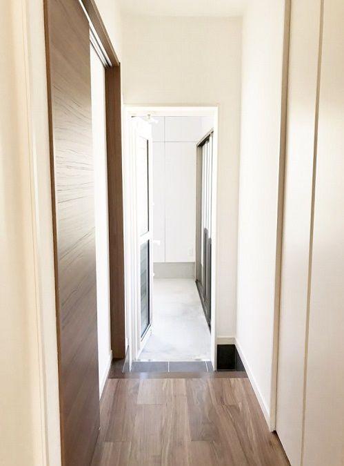 廊下の勝手口をあけると、室内からもガレージへ出入りできます