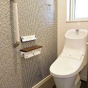 トイレはタイル調のアクセントクロスが印象的な大人の空間に。