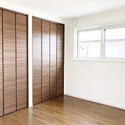 寝室もアクセントクロスで大人の雰囲気に。収納もたっぷりあります。